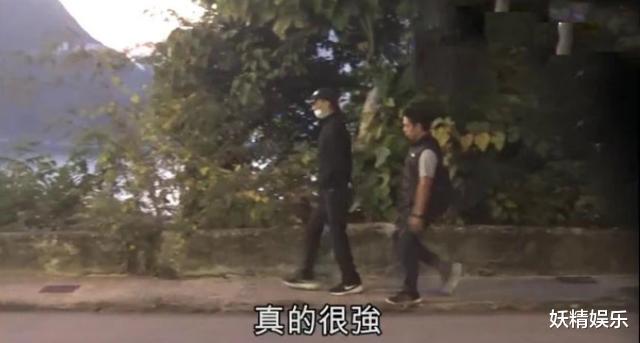 83岁谢贤与34岁女友复合后,首次公开现身,口罩却被他当成摆设?