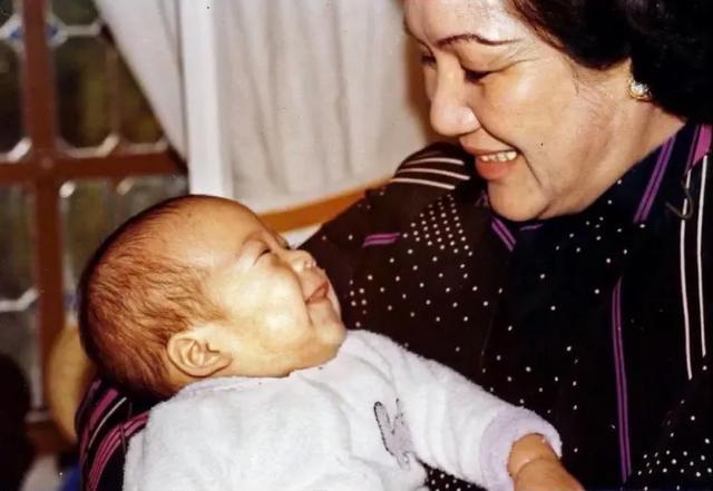 霍启刚发长文悼念祖母,感祖母对晶晶的疼爱,并首次公开全家福