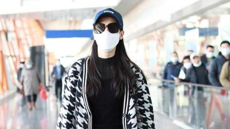 黄圣依的冬季造型超好看,穿针织开衫搭配牛仔裤,休闲还时髦