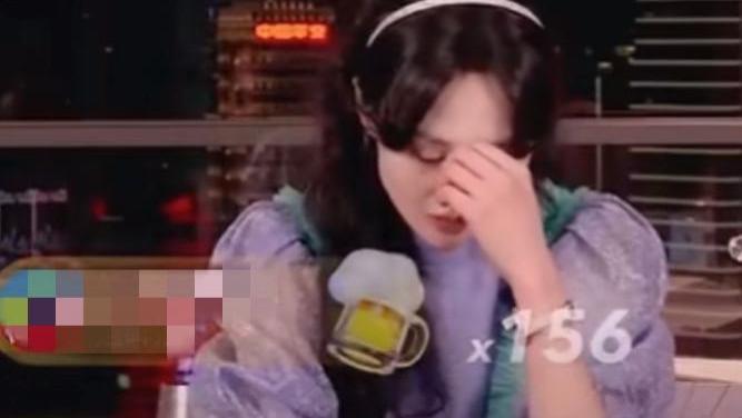郑爽发飙后女网红开直播澄清:是郑爽找自己帮忙,自己没收钱很委屈