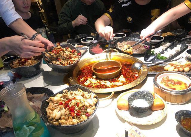 沫子和队员庆祝吃鸡,看他们吃的什么:土豪战队名不虚传