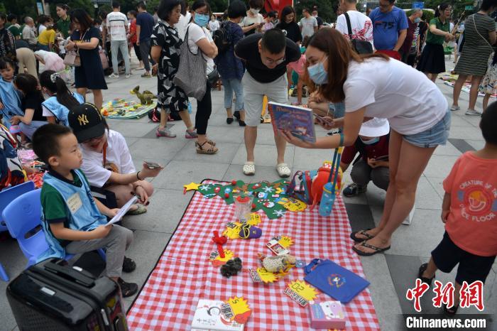 """成都一幼儿园组织小朋友商场门口开设""""儿童玩具跳蚤市场"""" 跳蚤市场 玩具 幼儿园 端游热点  第4张"""