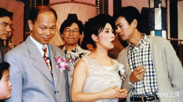 """72岁的""""张无忌""""搂着72岁的""""赵敏""""拍照:40年的缘分,弹指一挥间!"""