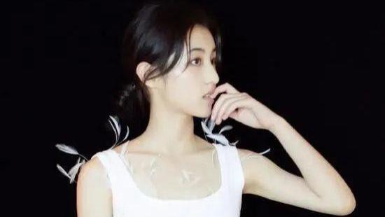 有一种私服叫张子枫穿衬衫,清新得不可思议,真正的少女系穿搭