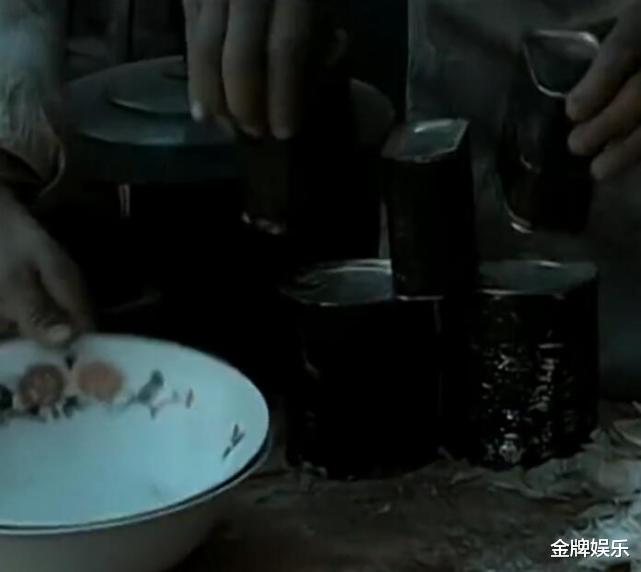 小细节看亮剑3!李云龙结婚才能吃肉罐头,郭勋魁用刀叉吃午餐肉插图4
