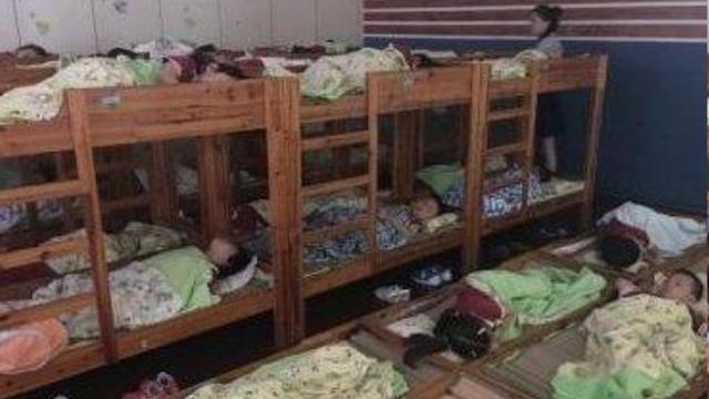 幼儿园午休男孩挨着女孩睡,监控拍下这幕,家长群瞬间沸腾