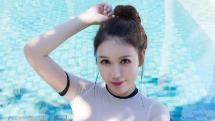 纯粹白色运动服搭配深蓝色泳裤,安静优雅,精致质朴