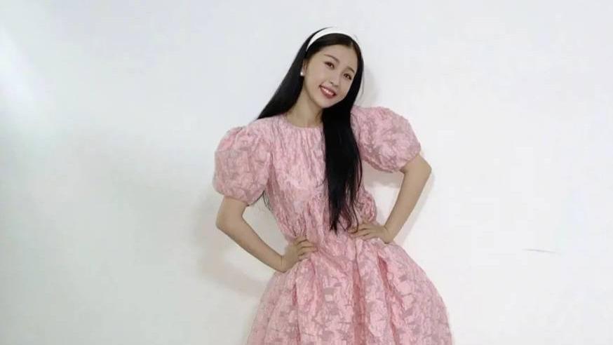 虞书欣把可爱少女风的精髓穿出来了!粉色公主裙配运动鞋,太萌了