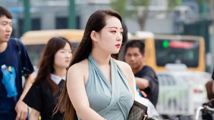 微胖女人的初秋穿搭,选一条时尚的挂脖长裙搭配,优雅知性有气质