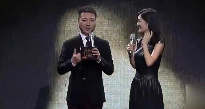 谢娜和康辉同台主持,频繁插话被康辉讨厌:我没法和她正常沟通