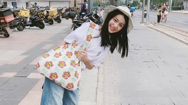 12岁小姑娘也如此时尚!POLO衫配半身裙,可爱又文艺,不愧是童星