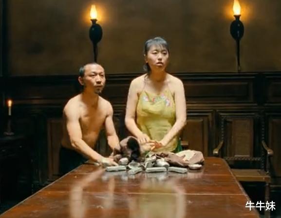 """《让子弹飞》电影中,那个""""肚兜""""被扯飞的演员,现在怎么样呢?"""