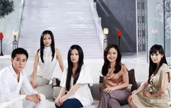 赵薇十年前的洗发水广告,背景板全是巨星,最边缘的她竟火遍全网