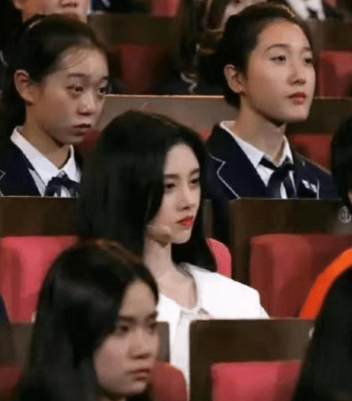"""有种""""发育过猛""""叫鞠婧祎,穿蕾丝衣坐大学生中间,网友:确定25岁?"""