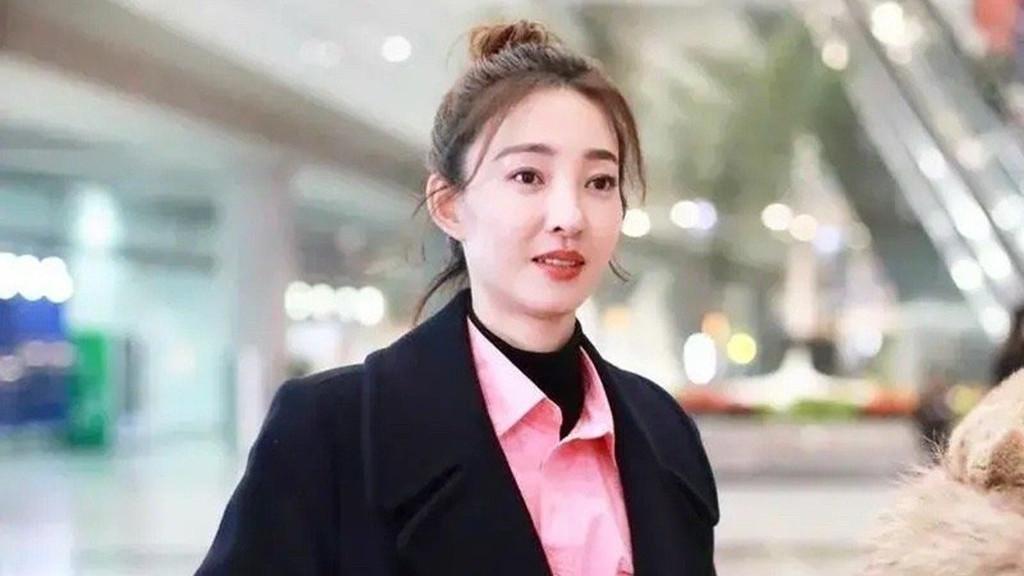 王丽坤真是大衣穿搭模板,叠穿粉色衬衣气质好,冬季保暖又时髦!
