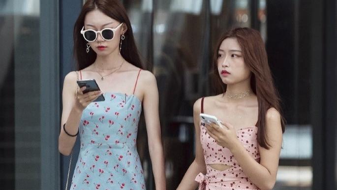 街头靓丽的美女,潮流的穿搭,尽显时尚风采