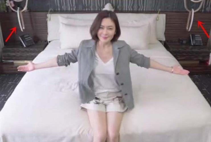 关之琳罕见卧室照,床头的两条锁链十分吸睛,网友:干啥用的?