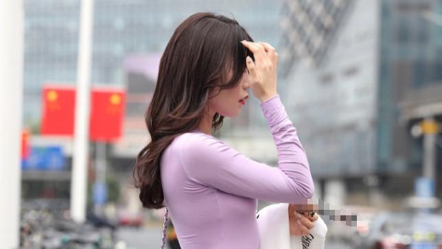 这么单薄的裙子,穿去上班不太好吧?