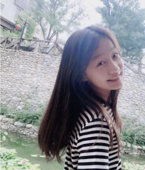 """有种""""发育过度""""叫赵薇女儿,13岁穿无痕裤的腿,能比电棍细"""