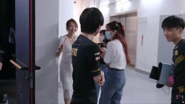 《【煜星娱乐官方登录平台】LPL交际花,Ming左拥右抱,难道学小虎弯了?》