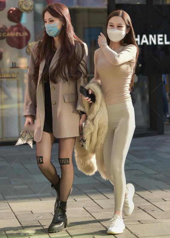 """姐妹出门逛街,私下互相""""较劲"""",25岁以下更喜欢右边的穿搭"""