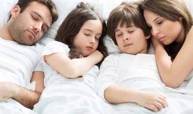生娃后,爸爸妈妈还是跟宝宝一起睡比较好,可以给宝宝足够的安全感