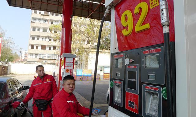 今日油价调整:2月13日汽油、柴油价格波动,加油站挤满了车主