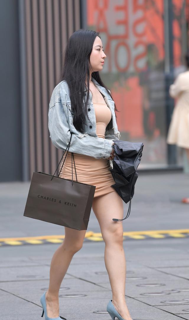 身材微胖的美女,包臀裙与高跟鞋的完美搭配,更能凸显出丰满身材的