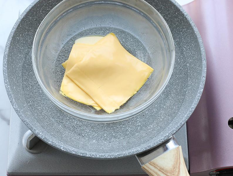 芝士馅料的奶黄包,软萌可爱的外形,白白胖胖,奶香十足又健康