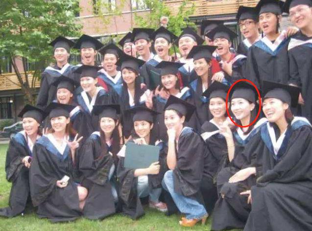"""江疏影自称""""全班最丑"""",唯一一张大学合照曝光后,什么神仙班级"""