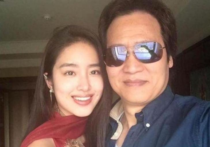 刘亦菲干爹女友晒生活照,满世界度假旅游,忘年恋爱十分享受