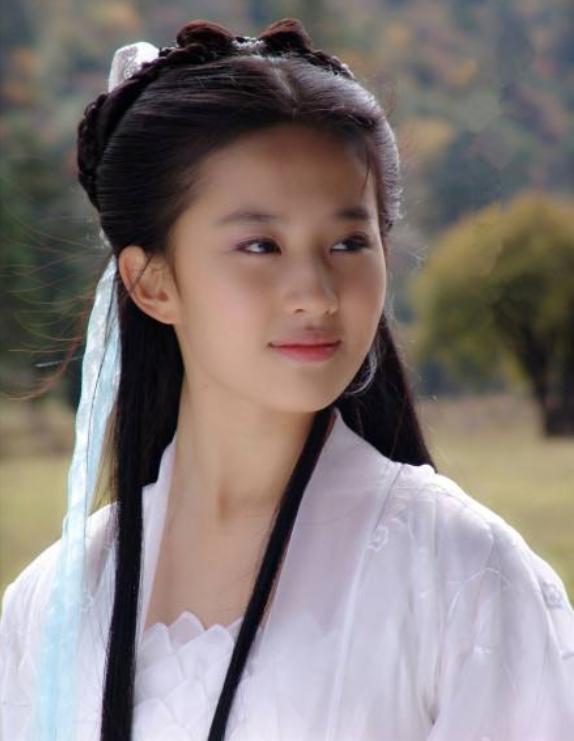 真实镜头下的刘亦菲,素颜与路人无差别,颜值被高估了?