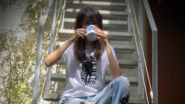 51岁工藤静香漫画T恤配板鞋少女感强,被误认是木村心美,母女身材一样