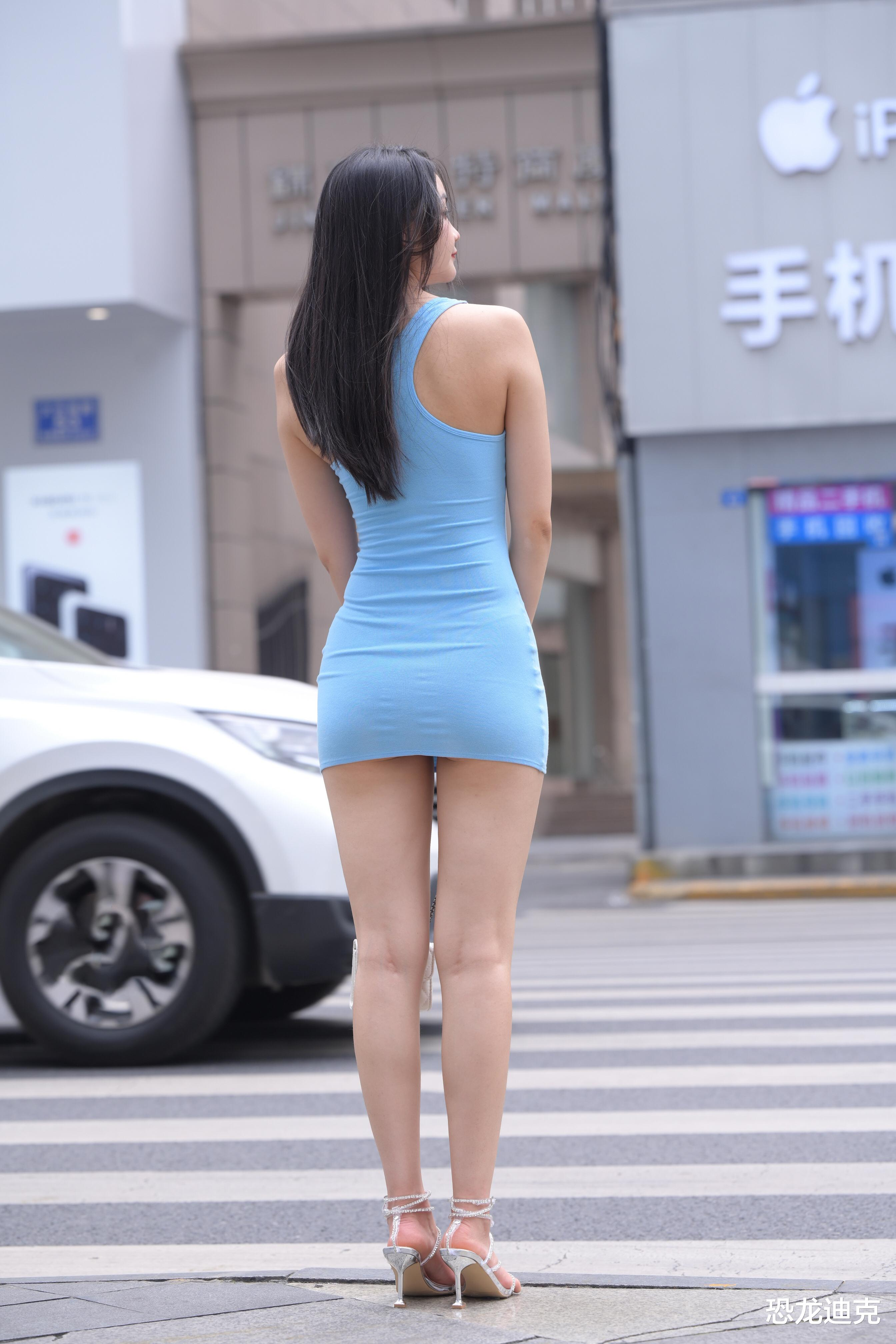 娱乐新闻头条_炎炎夏日,穿一条紧身超短连衣裙,既省去了搭配的烦恼,又可以穿出清凉和性感