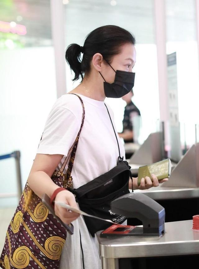 刘若英实会穿,白色T恤长到能够当裙子穿,还要搭配牛崽裤防走光