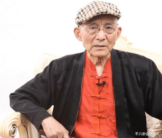 88岁济公晒近况,头发眉毛发白但身体硬朗,一件衣服穿10年