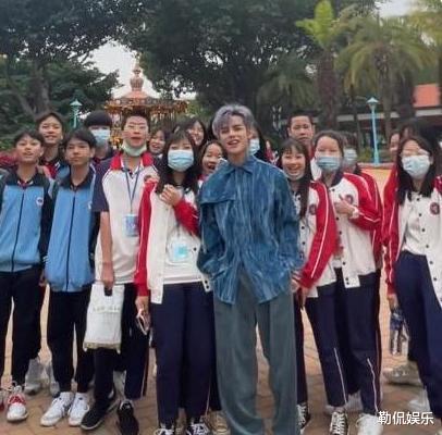 """""""网红总裁""""殷世航街上被小学生围观,路人调侃道:其身高像儿童"""