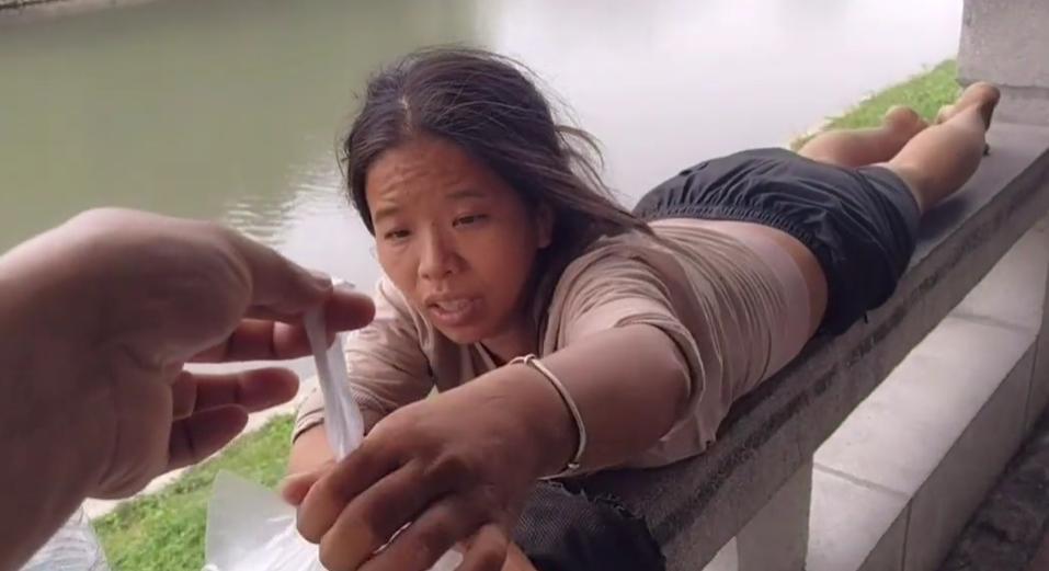 26岁江西女孩漂泊广东多日,不修边幅神色枯槁,听到回家就活力