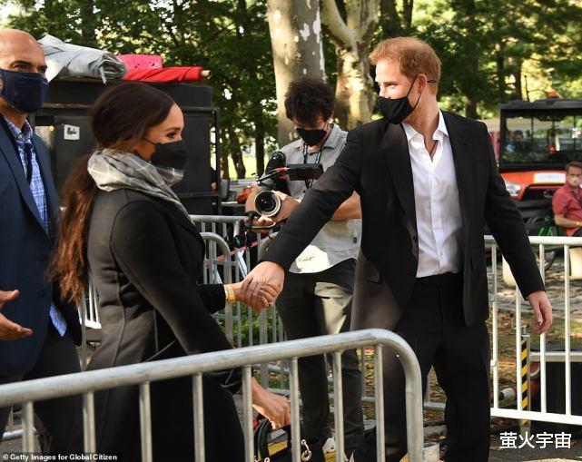 40岁梅根公园看演唱会,冬装大衣难掩丰腴身姿,被哈里竭力呵护