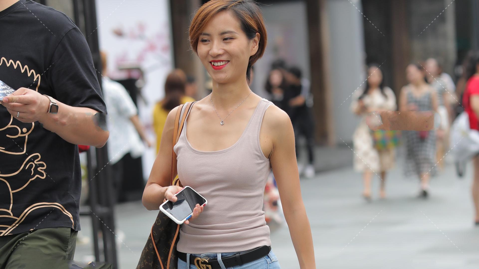 烟粉色修身背心搭配深玫瑰金小跟鞋,性感日常的显身材穿搭