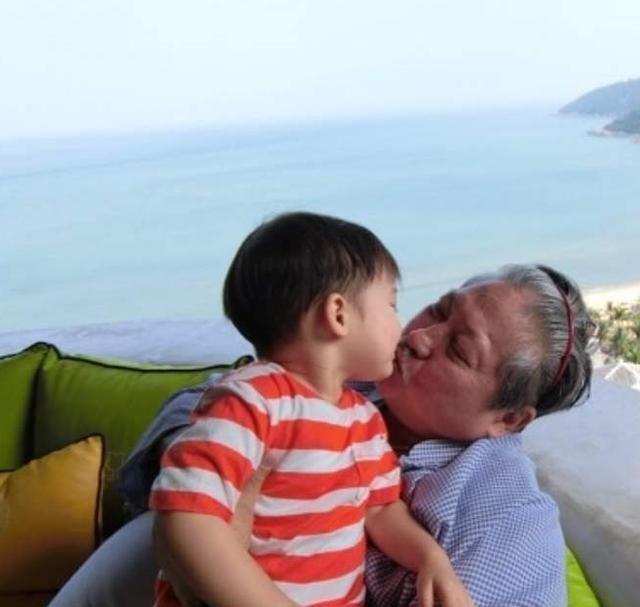 最新娱乐八卦新闻_看看香港年迈洪金宝的家,阳台挨着大海,餐厅里的关公像太醒目了