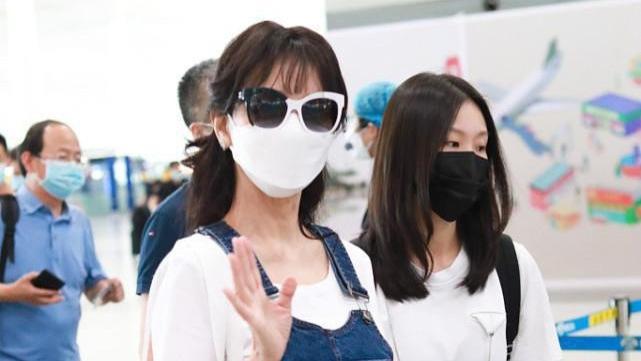赵雅芝穿衣好似小女孩,白色T恤配背带裤,面容遮得掩饰不显年龄