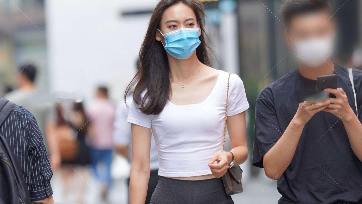 白色短款上衣搭配高腰黑色喇叭裤,既显腿长又凸显个性