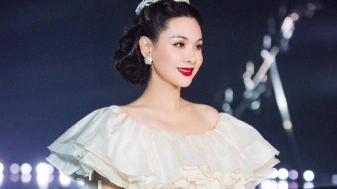 真被程莉莎撩住,43岁一袭白色蓬蓬裙美成伊丽莎白,又美又气质