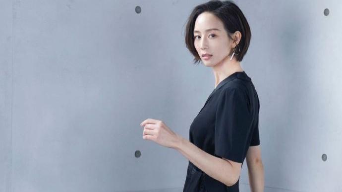 张钧甯温柔风穿搭好养眼,娇俏短发搭配黑色裙裤,干练优雅迷人