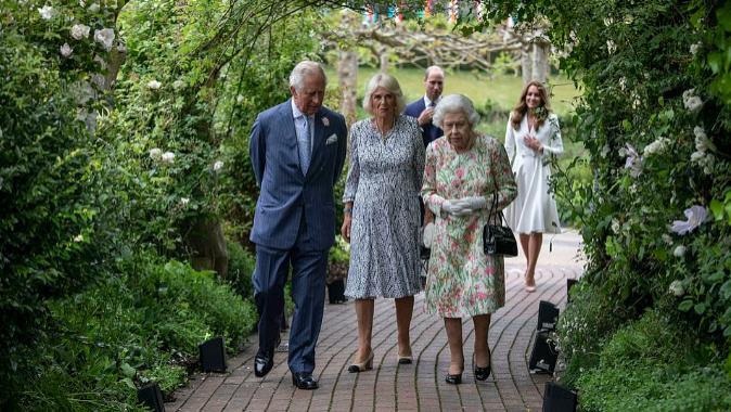 """三代""""女王""""齐聚!80后凯特穿纯色系变低调,9旬伊丽莎白最出彩"""