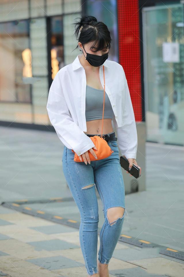 白色短款衬衣搭配蓝色破洞牛仔裤,清新时尚,还不失知性美感