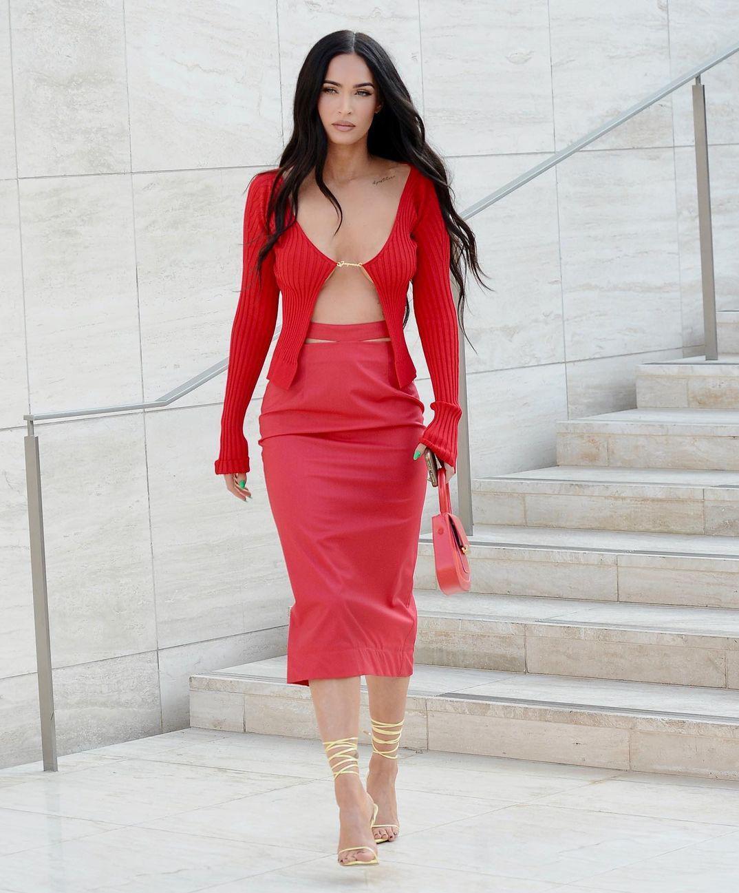 辣妹鼻祖重出江湖,35岁梅根裙装造型又拽又撩,诠释极致性感