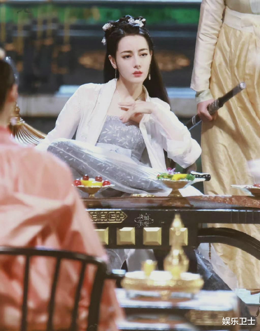 《安乐传》路透,迪丽热巴霸气可爱秒切换,与龚俊互动好有爱,刘宇宁造型喜庆