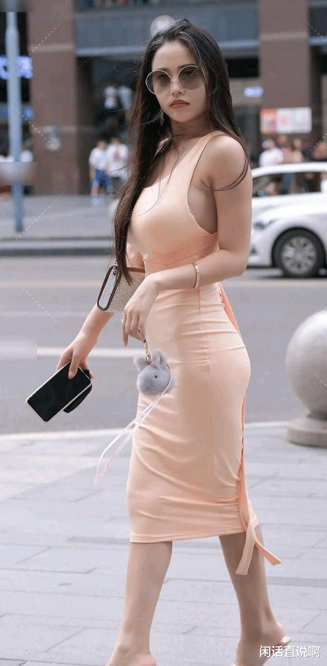 好身材让自己自信,收腰连衣裙可以给这种自信增加一份额外魅力